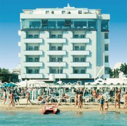 Hotel direttamente sul mare, a pochi passi da Viale Dante, e a soli 15 minuti a piedi dal famoso Viale Ceccarini punto di riferimento della vita riccionese per i suoi locali e per lo shopping.