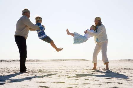 Nonni al mare con i nipotini